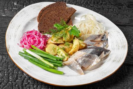 Маринованная сельдь с картофелем и маринованным луком