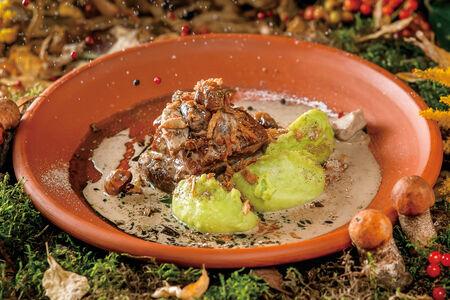 Свиная грудинка с соусом из лесных грибов
