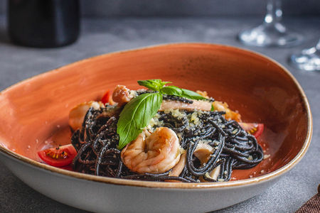 Спагетти Неро с морепродуктами
