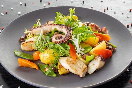 Салат с осьминогом, картофелем и таджасскими маслинами