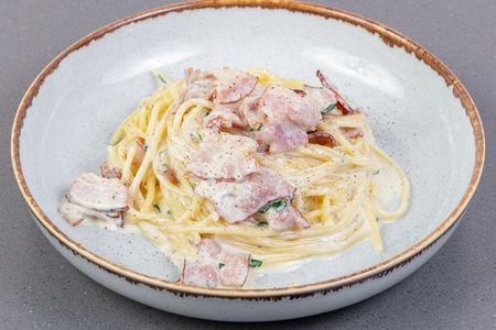 Спагетти карбонара с грудинкой и пармезаном