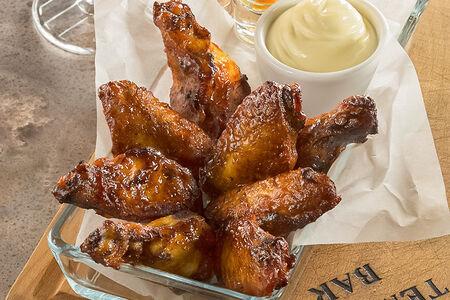 Куриные крылышки с соусом блю-чиз