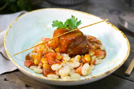 Свинина с фасолью и томатным соусом