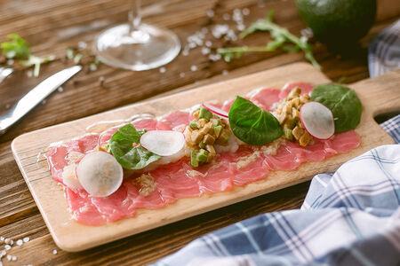Карпаччо из розового тунца с морским гребешком