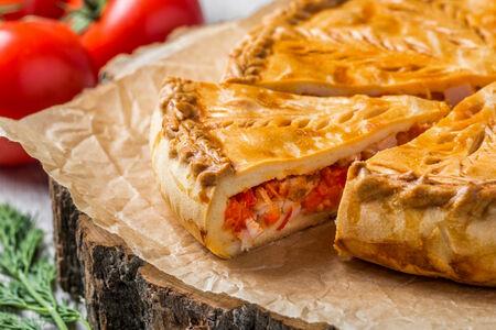 Пирог с копченой курицей и паприкой
