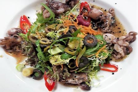 Теплый салат с осьминожками