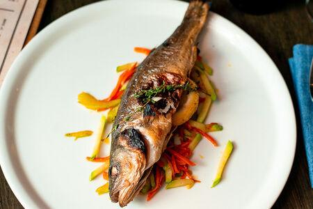 Сибас с обжаренными овощами