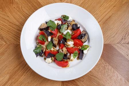 Салат из помидоров и печёных баклажанов с мягким сыром