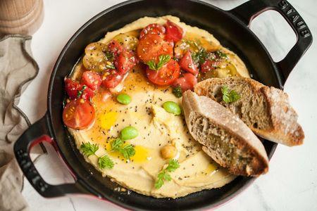 Хумус с тремя видами томатов и гренками