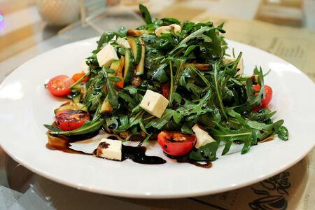 Теплый салат с рукколой