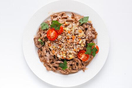 Томленая говядина в сливочном соусе с гречкой