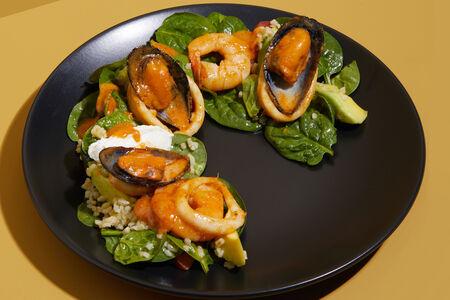 Теплый салат с морепродуктами и соусом том ям