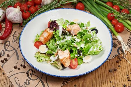 Салат с жареной семгой и голубым сыром