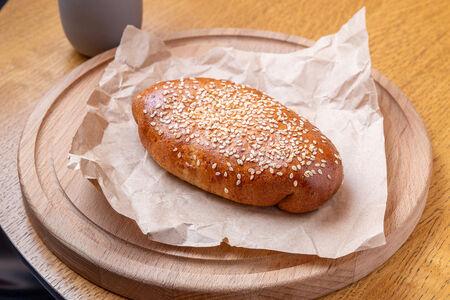Фирменный пирожок с курицей и грибами
