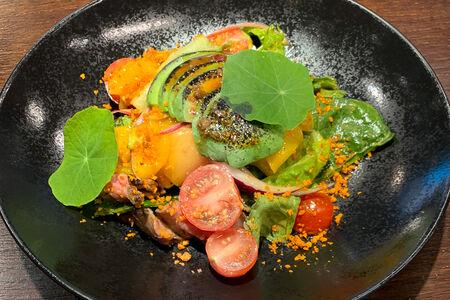 Салат с манго и пряной говядиной