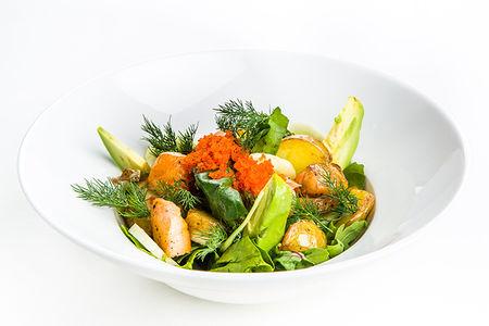 Салат с листьями шпината, авокадо, лососем и восточным соусом