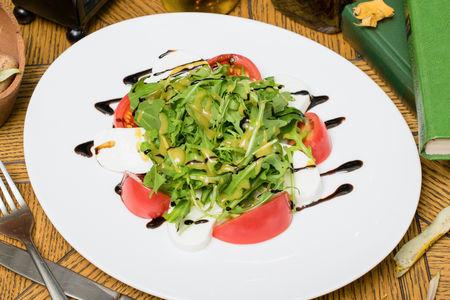 Салат с моцареллой, томатами и бальзамиком