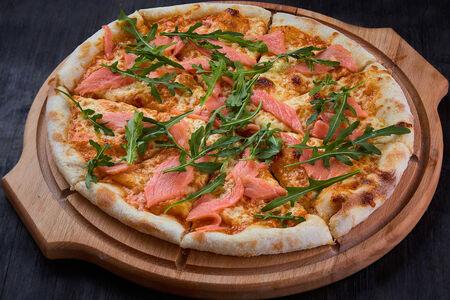 Пицца с лососем и рукколой