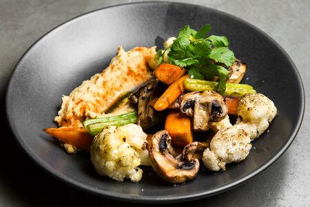Печеные овощи с хумусом