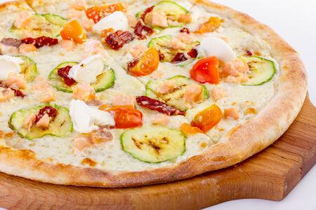 Пицца с копченым лососем и сливочным сыром