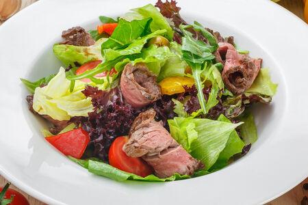 Салат с ростбифом, рукколой в пряном соусе