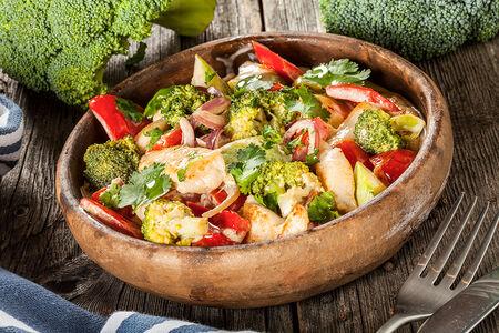 Куриная грудка с овощами в сливочном соусе