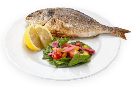 Морская рыба дорадо на гриле