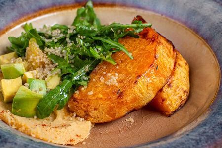 Салат с киноа, печеной тыквой и хумусом