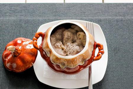 Пельмени по-домашнему в сливочно-грибном соусе