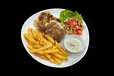 Отбивная с картофелем фри и овощами