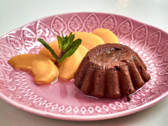 Горячий шоколадный торт со сладкими ананасами