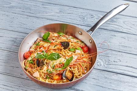 Спагетти с морепродуктами с томатами черри в легком винном соусе