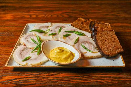 Грудинка томленая с бородинским хлебом