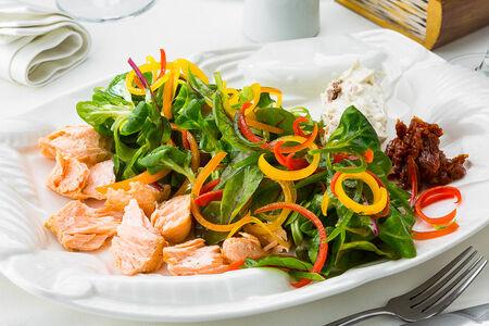 Салат с лососем горячего копчения