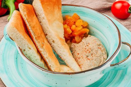 Нежный куриный паштет с чатни из кураги с хлебом фокаччо