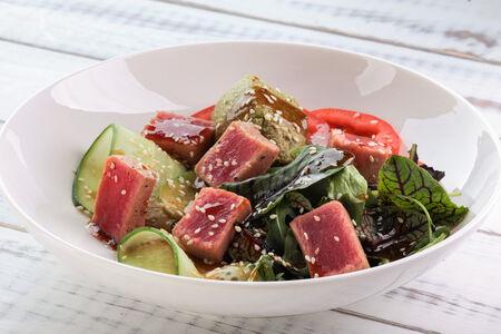 Салат с тунцом и кремом Гуакомоле