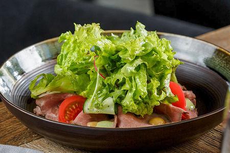 Свежий салат с ростбифом