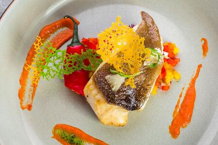Стейк из палтуса с овощной сальсой и соусом из печеного перца