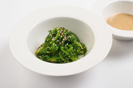Салат Чука из маринованных водорослей с ореховым соусом гомодаре
