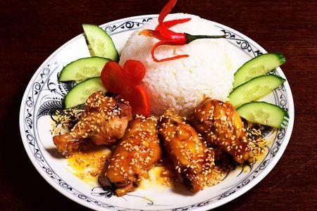 Куриные крылья с рисом