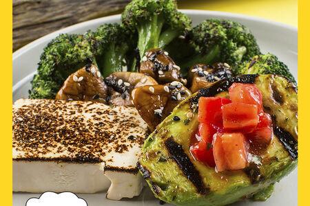 Брокколи с авокадо и тофу