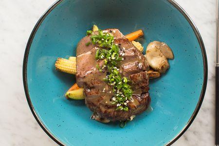 Мраморная говядина в трюфельном соусе с овощами