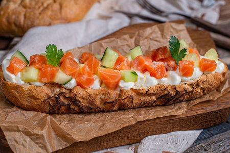 Брускетта с тартаром из лосося и сливочным сыром