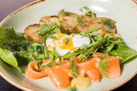 Теплый салат с лососем и яйцом пашот