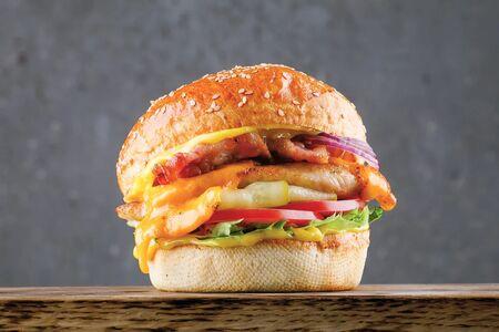 Чикенбургер с беконом и соусом карри