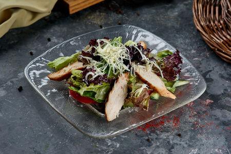Салат с курицей, копченым сыром и соусом цезарь