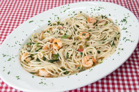 Спагетти c креветками и шпинатом