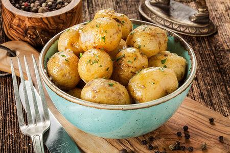 Картофель черри с думбой и чесноком
