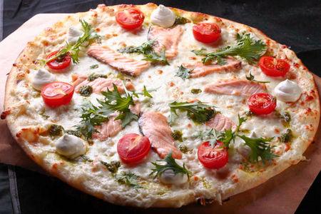 Пицца с семгой и крем сыром