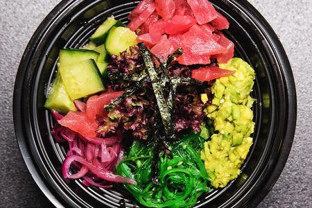 Поке с листьями салата и тунцом